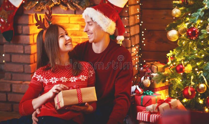 С Рождеством Христовым! пары семьи с волшебным подарком рождества стоковые изображения rf