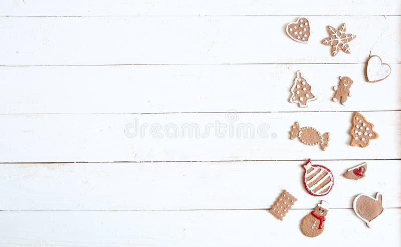 С Рождеством Христовым! Печенья пряника рождества на белой таблице Скопируйте космос для текста стоковые фото