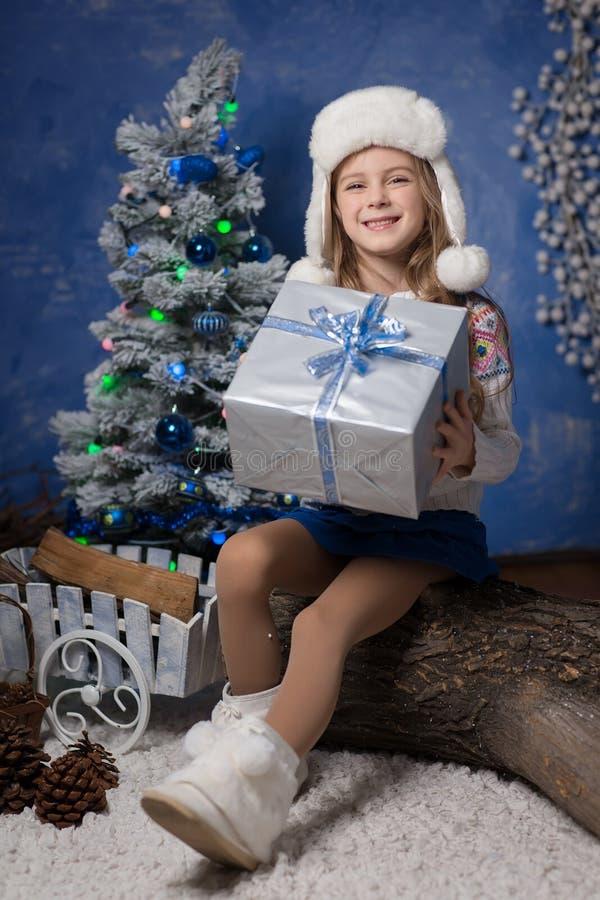 С Рождеством Христовым - милая девушка с подарком рождества стоковая фотография