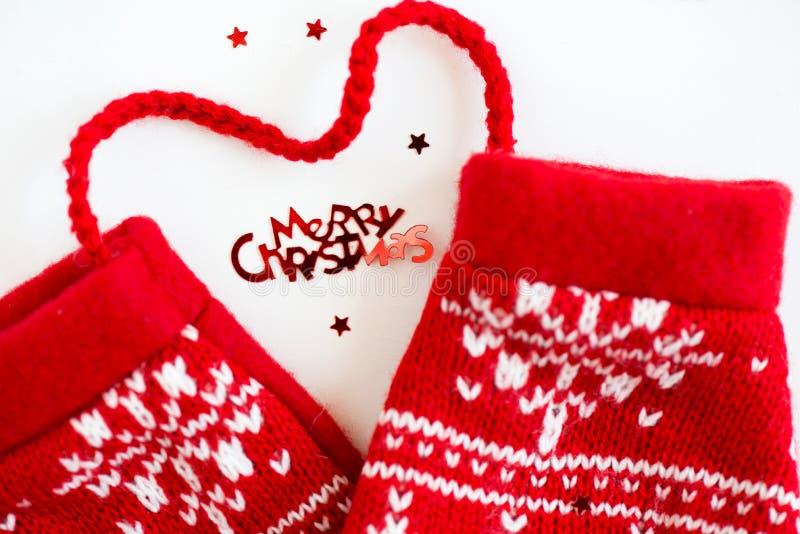 С Рождеством Христовым письма и красный цвет связали Mittens с снежинкой m стоковое изображение rf