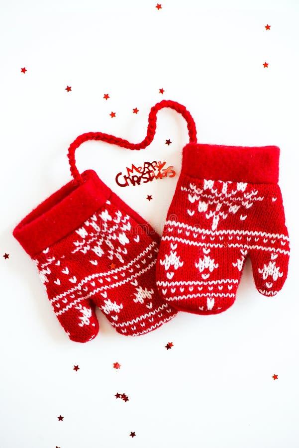 С Рождеством Христовым письма, маленькие звезды и красный цвет связали wi Mittens стоковая фотография