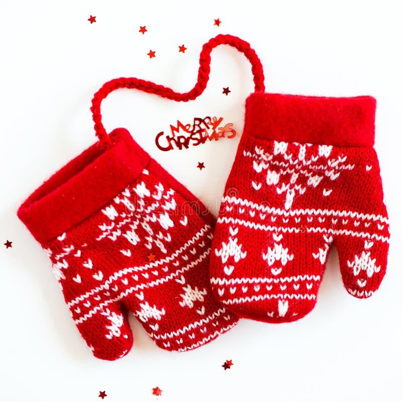 С Рождеством Христовым письма, маленькие звезды и красный цвет связали wi Mittens стоковые фотографии rf