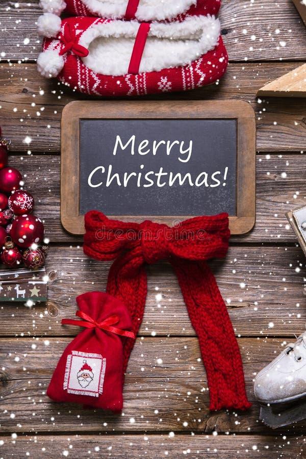 С Рождеством Христовым поздравительная открытка в классическом стиле: красный, белый, древесина стоковое фото rf
