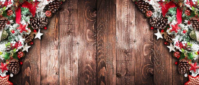 С Рождеством Христовым рамка с зеленой сосной, красочными безделушками, узлами с ягодами и звездами стоковое изображение rf
