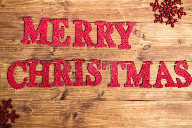 С Рождеством Христовым слов сделанное от красных блестящих писем помещенных дальше стоковая фотография rf