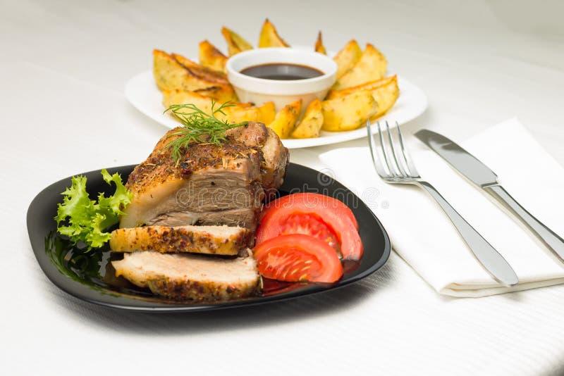 Служат еда с мясом и Gilled картошкой стоковое фото