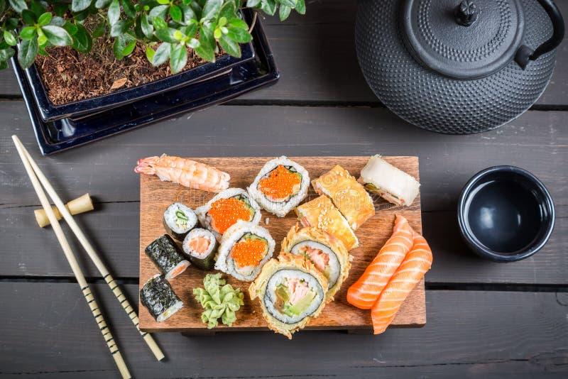 Download Служат суши, который и подготавливают для еды Стоковое Фото - изображение насчитывающей выкружка, черный: 40587078
