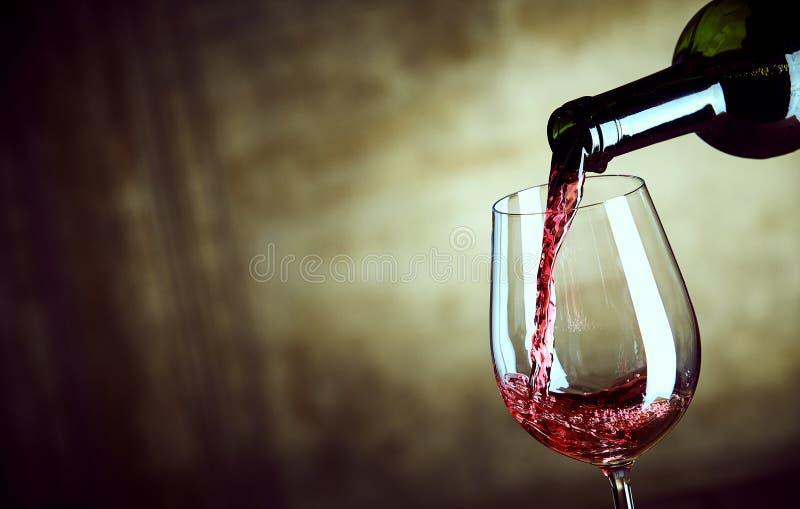 Служение одиночного стекла красного вина от бутылки стоковое изображение