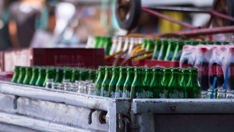 Случаи поставки соды ждать в Cebu Филиппинах стоковые изображения rf