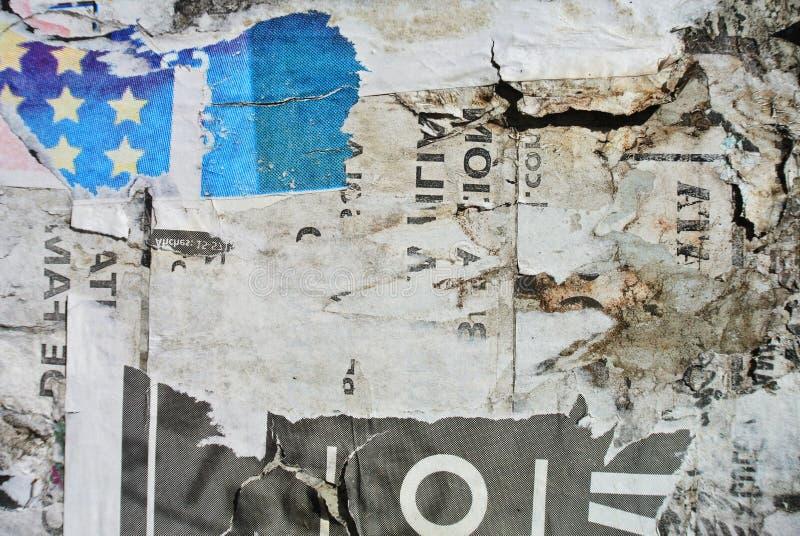 Случайная бумага текстуры коллажа на выветренной стене походя флаг стоковые изображения