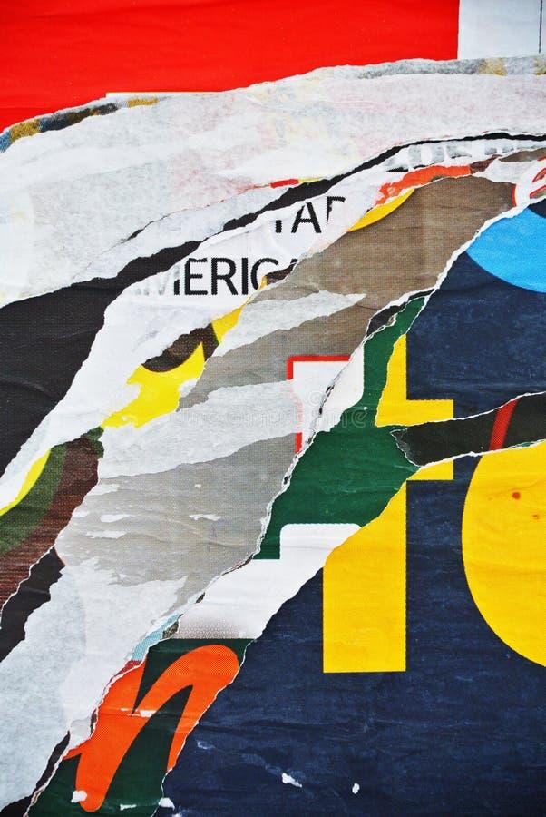 Случайная бумага текстуры коллажа предпосылки на выветренной стене стоковое изображение rf
