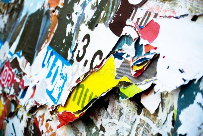 Случайная текстура оформления бумаги коллажа предпосылки на стене стоковое изображение