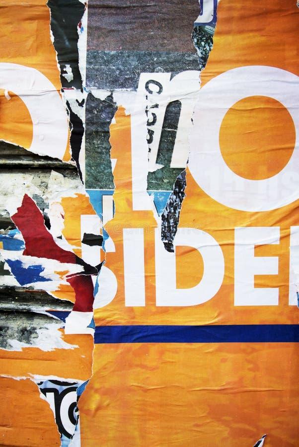 Случайная текстура оформления бумаги коллажа предпосылки на стене стоковая фотография rf