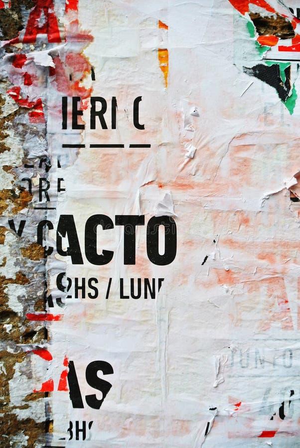 Случайное знамя текстуры коллажа на выветренной стене стоковые изображения