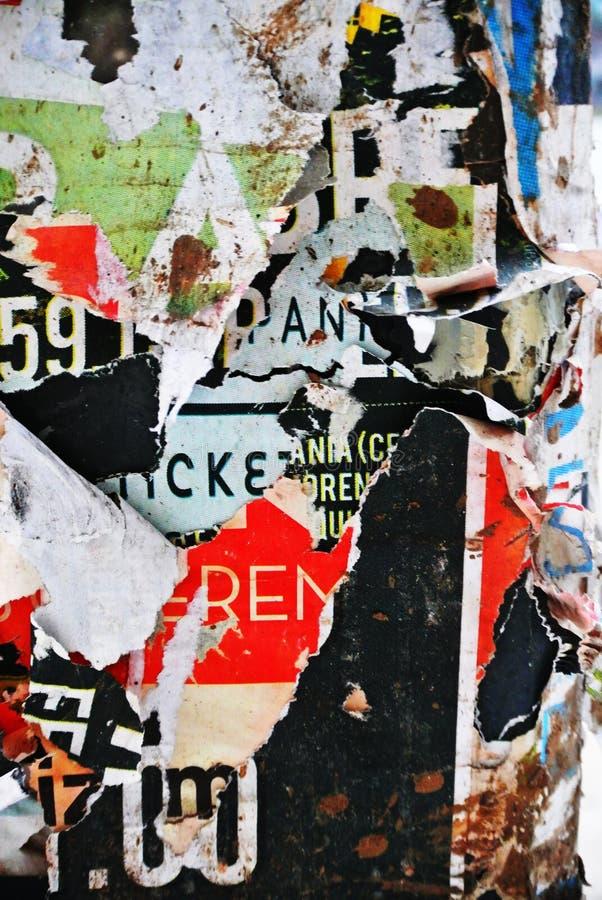 Случайное знамя текстуры коллажа на выветренной стене стоковая фотография rf