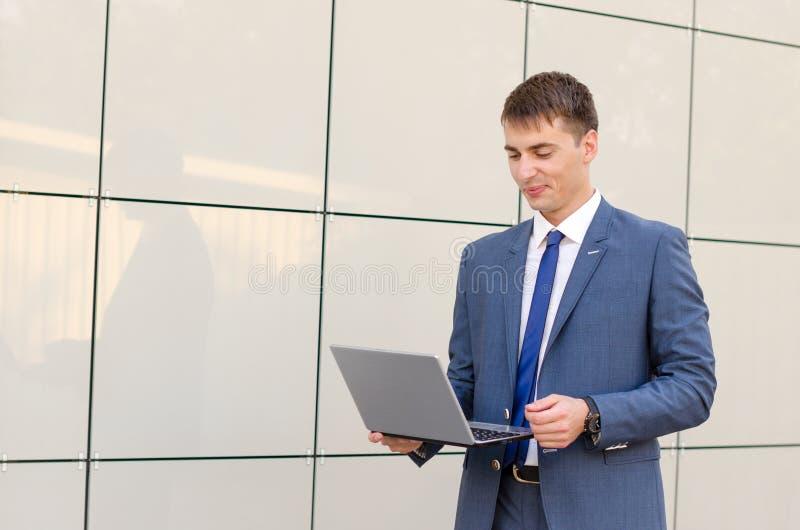 Случай в пути Уверенно и успешный бизнесмен держа компьтер-книжку стоковые изображения rf