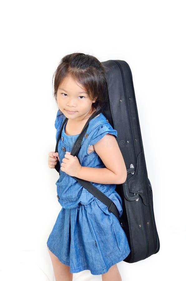 Случай скрипки плеча маленькой девочки стоковая фотография