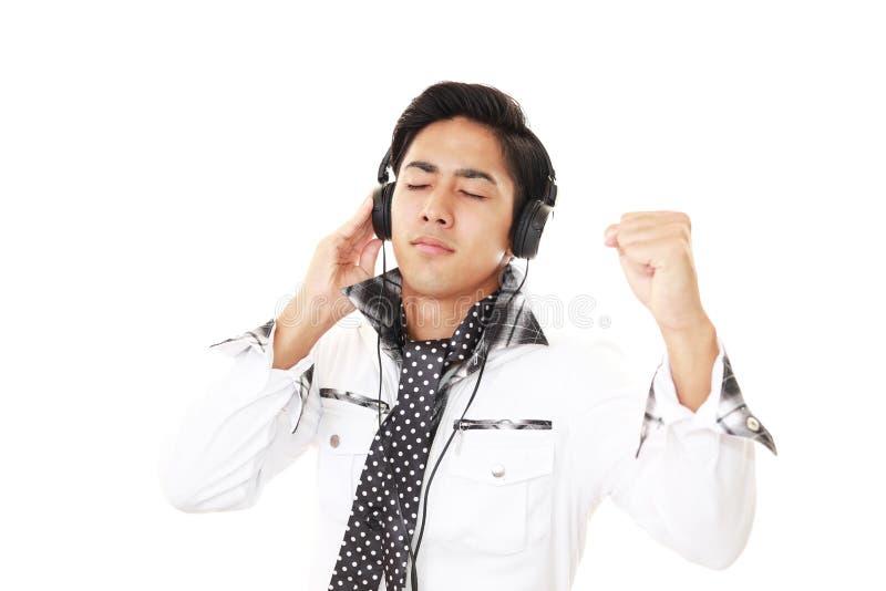 слушая нот человека к стоковая фотография