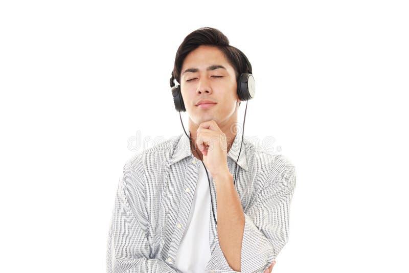 слушая нот человека к стоковое изображение