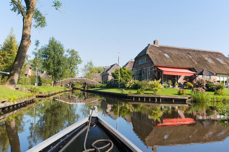 С шлюпкой в голландской деревне стоковые фото