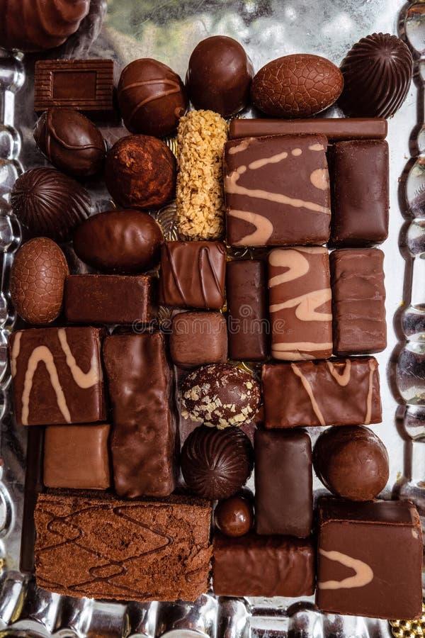 Сhocolate糖果集合 许多各种各样的甜糖果 在盘子的甜点心 图库摄影