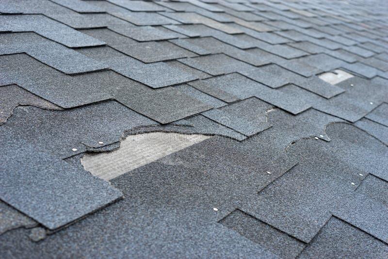?lose herauf Ansicht des Asphaltschindel-Dachschadens, der Reparatur benötigt stockbild
