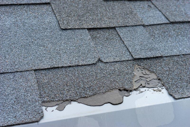 Сloseup widok asfaltowa gontu dachu szkoda która potrzebuje naprawę obraz stock