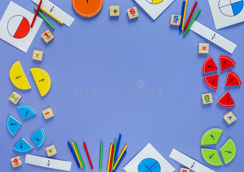 Сolorful matematyki frakcje na fiołkowym tle ciekawa matematyka dla dzieciak?w Edukacja szko?y poj?cie, z powrotem zdjęcie royalty free