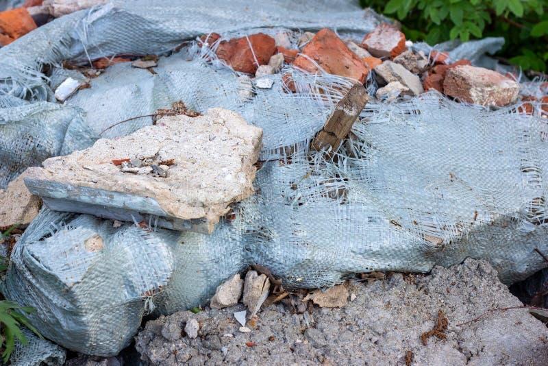 Сonstruction śmieci, gruzy i jałowy gruz w dalekim zielonym terenie, Natura i ziemi zanieczyszczenia pojęcie zdjęcia stock