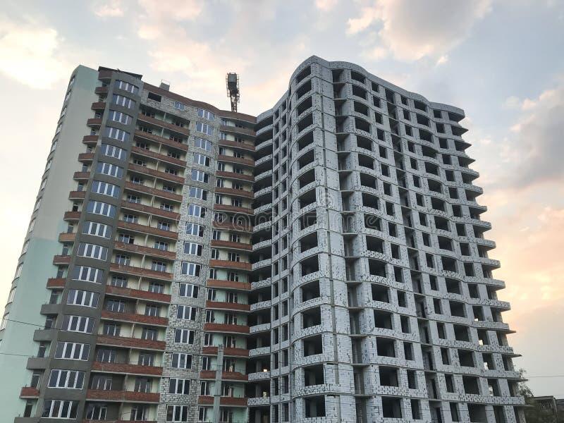 ?onstruction eines Wohnhohen gebäudes Ansicht von unten Stadt Ukraine, Kharkov lizenzfreie stockbilder