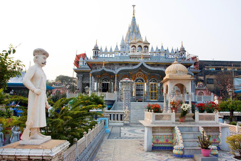 Сourtyard av den Jain templet i Kolkata, Indien arkivbilder