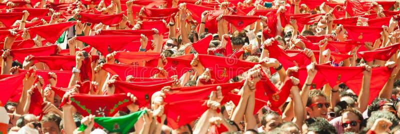 Сrowd培养在等待圣Fer开头的红色围巾  免版税库存照片