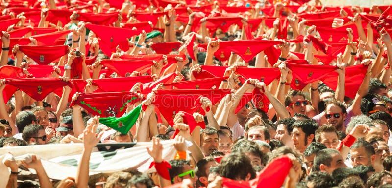 Сrowd поднимает красные шарфы в ждать отверстие Сан Fer стоковая фотография