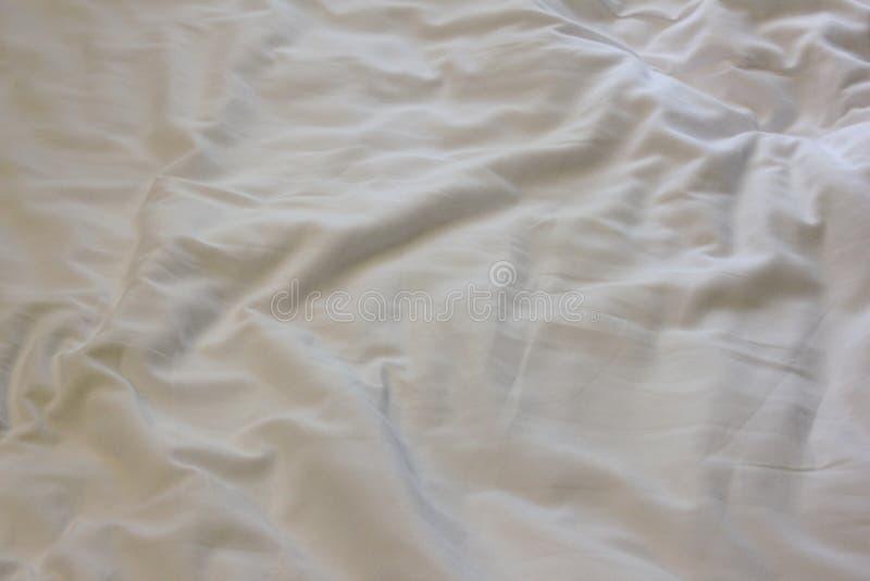 Сrumpled床单有白色杂乱亚麻制顶视图 免版税图库摄影