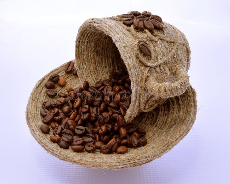 ?up en schotel met koffiebonen daarin stock afbeelding