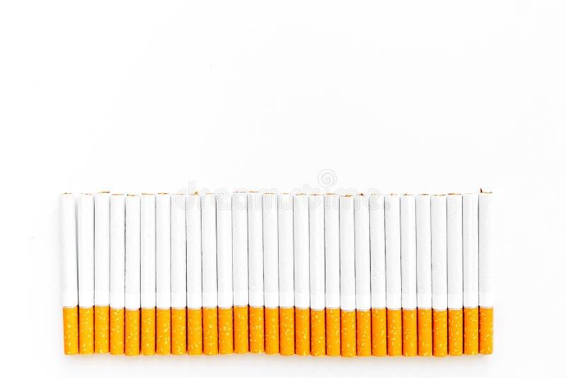 табак Строка сигарет на белом космосе экземпляра взгляд сверху предпосылки стоковое фото rf