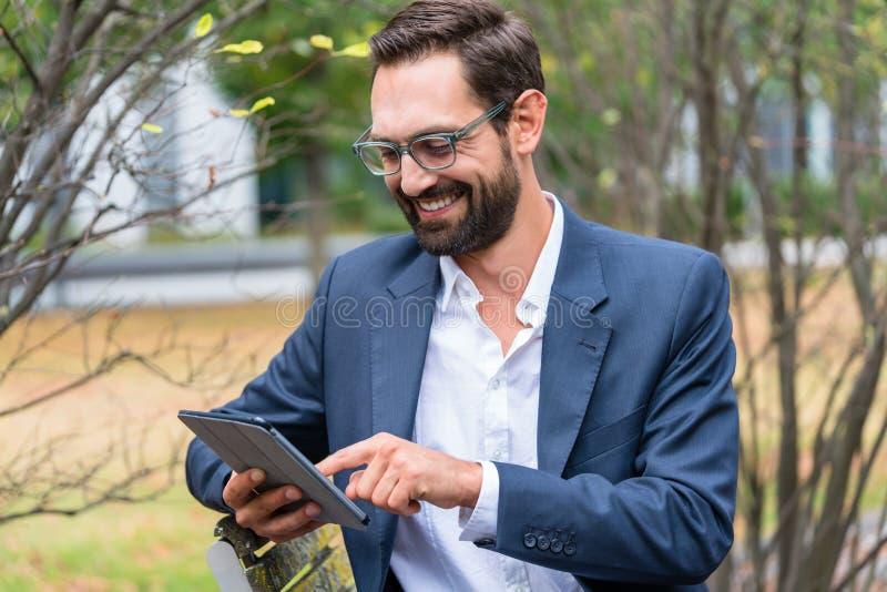 таблетка бизнесмена цифровая используя стоковая фотография