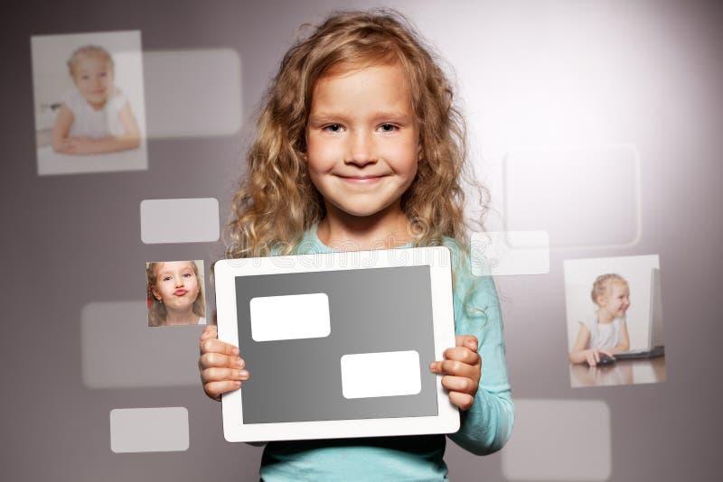 таблетка девушки компьютера счастливая стоковые изображения
