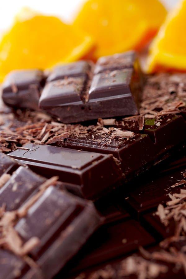 Таблетка и части темного шоколада стоковые фотографии rf