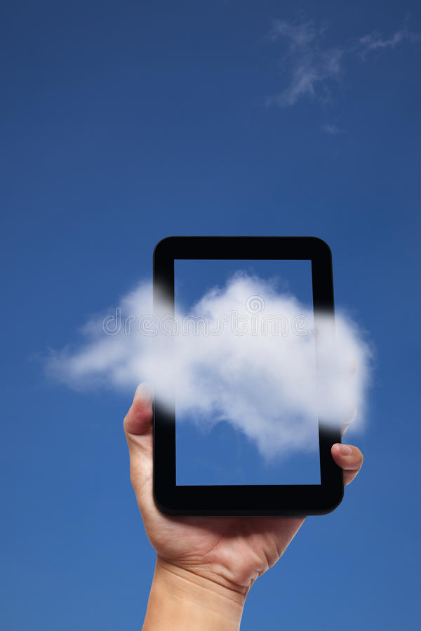 таблетка ПК удерживания руки принципиальной схемы облака стоковое фото rf