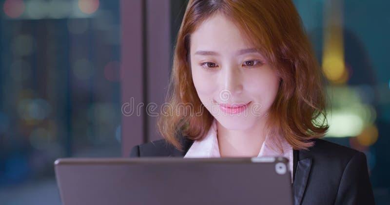 Таблетка пользы женщины цифровая стоковое изображение