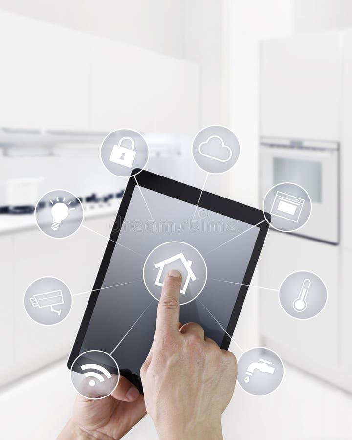 Таблетка экрана касания руки домашней автоматизации цифровая с символами дальше стоковое изображение
