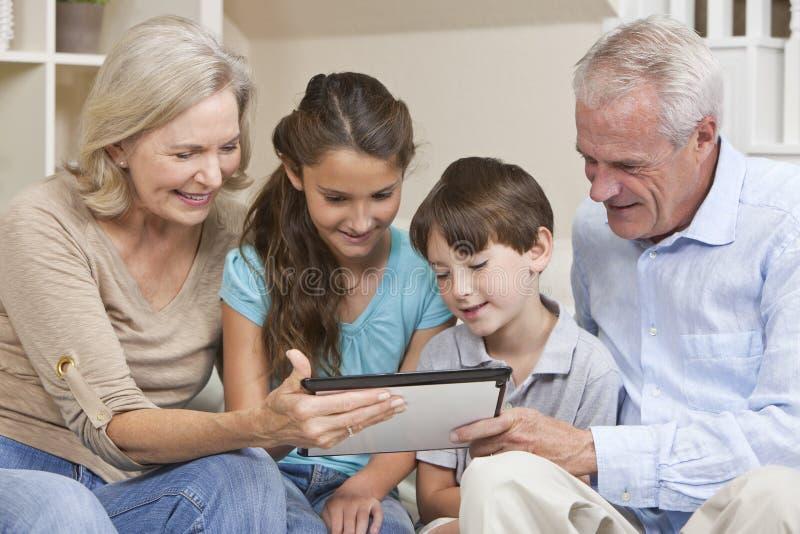 таблетка grandparents внучат компьютера стоковая фотография