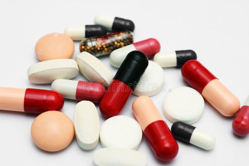 Таблетки закрывают вверх над белизной стоковое фото rf