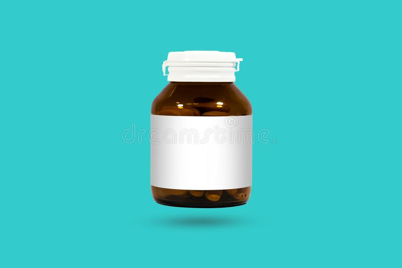 Таблетки и бутылка витамин C изолированные на белой предпосылке Studi стоковые фотографии rf