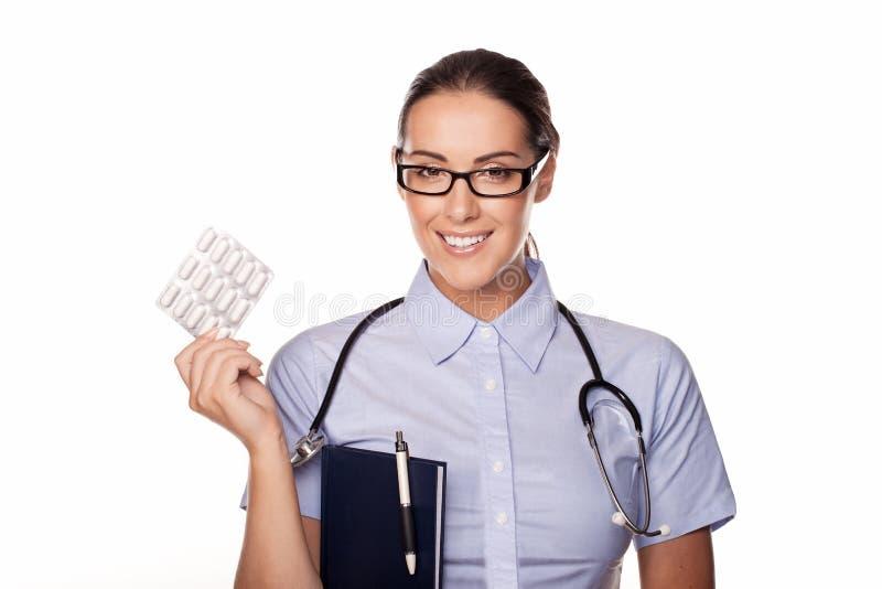 Таблетки красивейшего доктора распределяя стоковая фотография rf