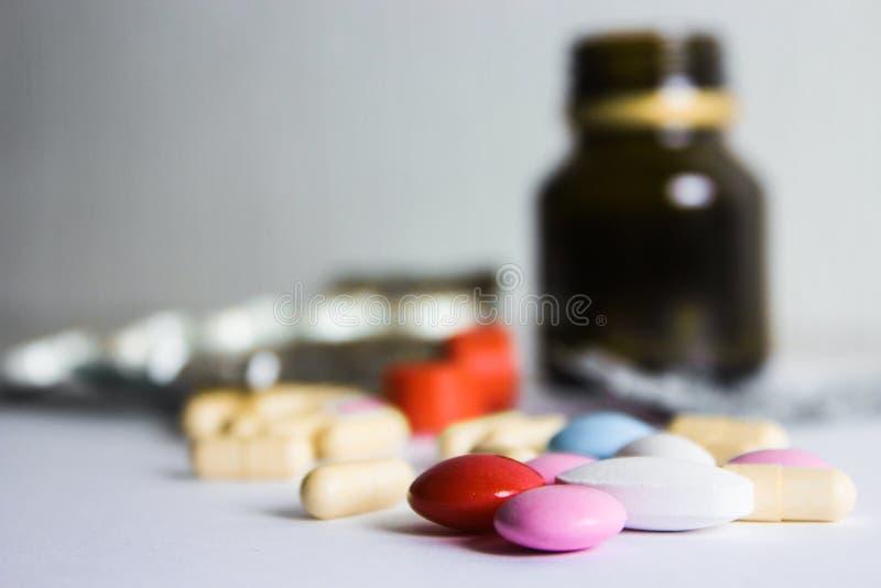 Таблетки на белой предпосылке Медицинское обслуживание и обработка Медицина и таблетки, лекарства на белой предпосылке Красочный  стоковые фото