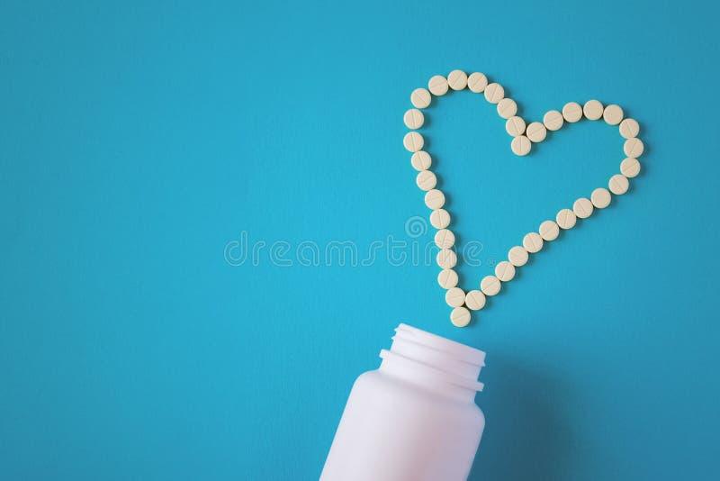 Таблетки положены вне в форме сердца стоковые изображения