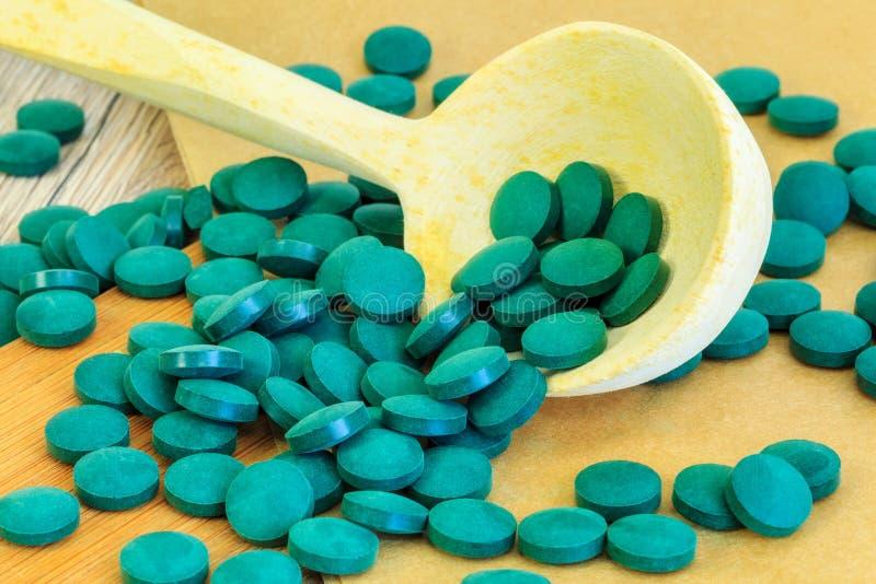 Таблетки Spirulina закрывают вверх стоковая фотография rf