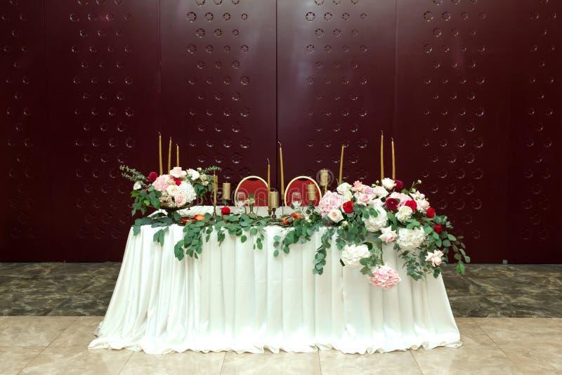 Таблица банкета новобрачных украсила со свежими цветками на свадебной церемонии стоковая фотография rf